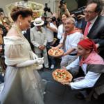 PIZZA MARGHERITA COMPIE 120 ANNI, FESTA IN COSTUME A NAPOLI