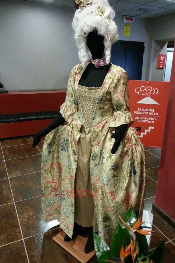 abito-dama-700-oro-fantasia-fiori-manichino